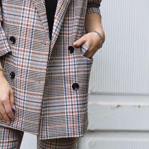 Virkelig fin Neo noir blazer helt ny, dog er prismærket pillet af. Nypris 800kr og er først lige kommet i butikkerne.