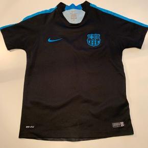 Super fin fodbold trøje med dri-fit og lækkert tryk på ryggen.