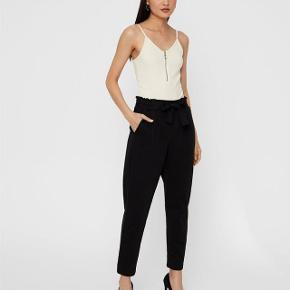 Jeg har ryddet ud i klædeskabet og fundet en masse flotte ting som sælges billigt, finder du flere ting, giver jeg gerne et godt tilbud...... * Elegante sorte Bik Bok bukser str XS Nypris 399