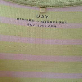 Lækker løs t-shift i lyocell. Føles som bomuld at have på. Den er stribet i farverne rosa og gul. Ny pris 600 kr.