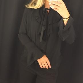 """GANNI ER TAGGET FORDI MÆRKET IKKE FINDES I KATAGORIEN Sælger denne bluse fra """"New Lily"""" i str M, blusen kan benyttes på to måder som vist på billedet  Nypris: 600 kr  Byd"""