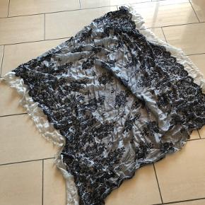 Super fint og lækkert tørklæde, råhvid med sort blondemønster, nypris 900 kr