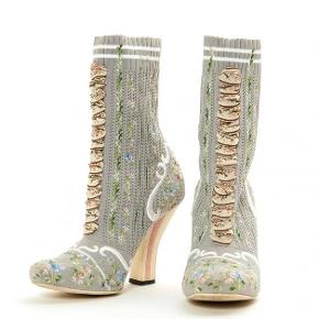 Fendi sock boots - str. 37 I er velkomne til at komme med et bud - men realistisk tak!  Den ene sål er lidt slidt, men det kan man ikke komme udenom.  De har kostet 6000kr fra nye, og skoposen med følger 🌿