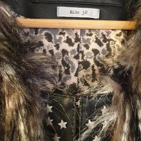 Super snart kort vest fra Only, imiteret pels, stjerne nitter og hægte lukning.  Sender gerne, modtager betaler porto.