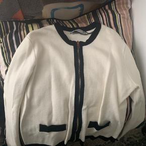 Zajra trøje 150kr  Pases af en S