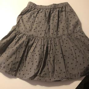 Varetype: NederdelFarve: Grå  Sød nederdel i grå med sorte stjerner? som kun har været brugt få gange.   Bytter ikke.   Kan afhentes i Glostrup eller Kbh. Ø