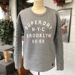 Flot sweatshirt fra SuperDry,, Har teddy for' foran indvendig. Str XS,, passer altså str S/M. Sælger til 1/2 pris. Sender gerne mod porto betalt.