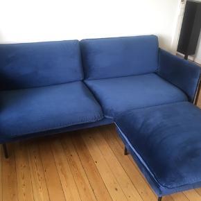 Specail designet sofa fra IDEmøbler  2,5 personers sofa - helt ny stand  Puffen kan rykkes så den virker som en ekstra stol hvis du får flere på besøg.  Stoffet er i velour - farven navy blå  Normal pris 14.000kr  Skriv for info , pris og evt fremvisning