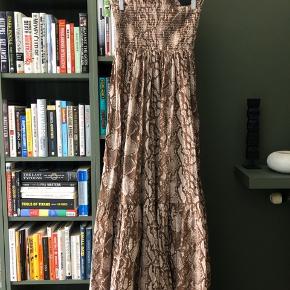 Fineste Gina Tricot kjole i str L, men passer også en M