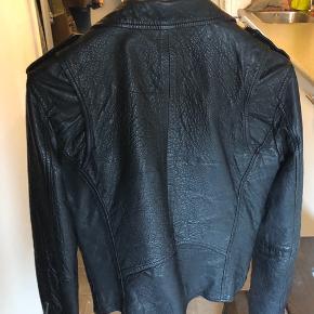 Lækker og cool jakke, der er brugt en håndfuld gange. I rigtig god stand.  Jeg har købt en i str. 38 for at have plads til en strik under.  Passer str. 36 og 34, hvis der skal være plads til en tyk trøje under.   Style: Seattle