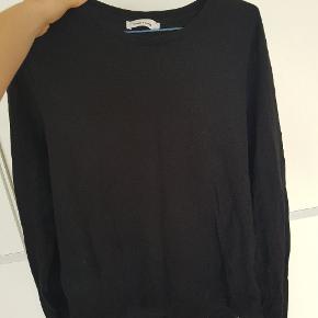 Køb 3 Samsøe & Samsøe trøjer samlet til 100kr   1 t hvid/grå mønstret shirt, L 1 langærmet i navy, L  1 tyk sweatshirt i srt, XL
