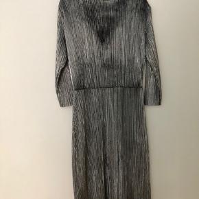 Flot sølv kjole fra Vila. Brugt to gange og fejler intet.   Sendes hvis køber betaler porto.  Bytter ikke!