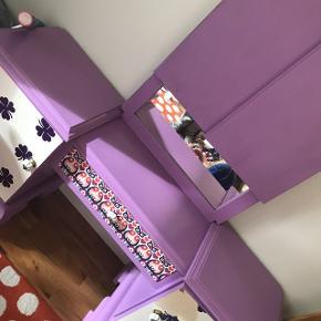 Fint møbel til pigeværelset. Medfølger lille stol. Trænger til nyt tapet.  Brede: 135 cm. Højde med spejl: 150 cm. Dybde: 37 cm. Siddehøjde: 15 cm