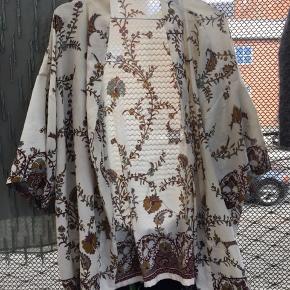 ff1fcdf85d8 Fin Sissel Edelbo kimono lavet af brugte silkesarier tidligere båret af  indiske kvinder 🌸