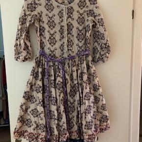 Sælger den smukkeste kjole fra Odd Molly. Den er god, men brugt og mangler desværre en knap, som det ses på det ene billede.