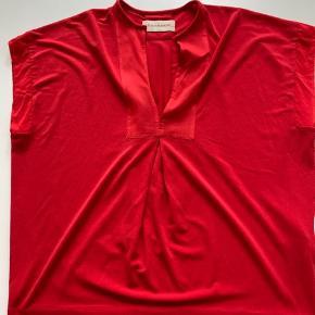 Fin bluse/tunika i postkasserød. Passer helt op til str s, da stor i størrelsen