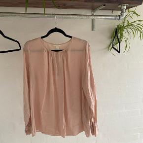 Sælger næsten ny H&M bluse i str. 42. Sælges grundet jeg ikke får den brugt. Den har været brugt 3 gange.  Ny pris: 300 kr.