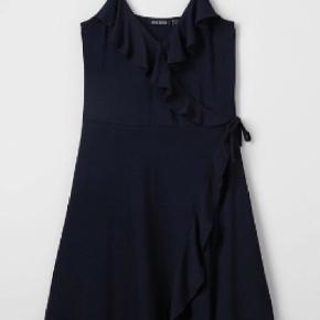 Sælger min lillesøsters hent nye kjole. Den er brugt en gang og har en cond på 10. Ny pris 230