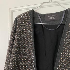 Super smuk Zara blazer med nitter, meget rock n Roll!