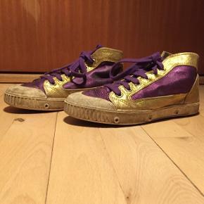 Guld og lilla sko i størrelse 33. Godt brugte. Sålen er slidt, ellers rigtig fin stand. Skriv for flere billeder. Tager imod bud.