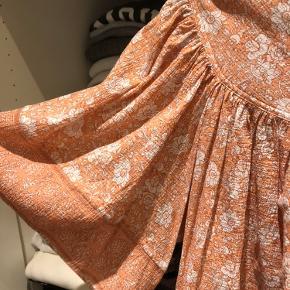 Helt ny smuk bluse med pris tag  ( købt i Sverige i år )   Køber betaler fragten