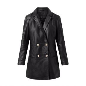 Oversize blazer jakke i en blød og lækker skindkvalitet. Skindjakken har et sofistikeret, men samtidigt råt look, hvilket giver mange styling muligheder. Blazer jakken lukkes på fronten med dobbelt række knapper.  - Loose fit - 100% skind // Foer: 100% Polyester satin