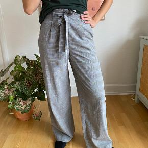 Ternede brede bukser med bindebånd i taljen. Ses på en str S   SE OGSÅ MINE ANDRE ANNONCER - mængderabat gives ✨ #Gøhlersellout