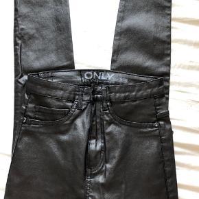 Sorte Skinny jeans/bukser i shiny stof. Har: et par str s fra only aldrig brugt Et par str m god men brugt