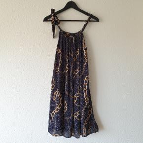 Kjole fra Continue, print med kæder og små prikker, justerbare stropper, 2-lags, 75 cm i længden, løs pasform (kan også bruges med et bælte i taljen).  Prisen er ekskl. forsendelse.