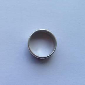 Sød ring i sølv 925.  Indvendig diameter: 1,8 cm.  Stemplet: 925. STERLING