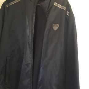 """Sælger denne Armani """"jakke"""" Den er god til en lidt koldere sommerdag. Np: 1300"""