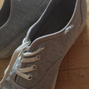 Brugt ganske få gange. Det eneste tegn på slid er ved en syning i kanten af skoen (billede nr. 2).