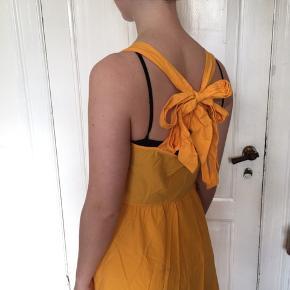 Sommerkjole med fin ryg - man kan selv binde den som man vil 🌞