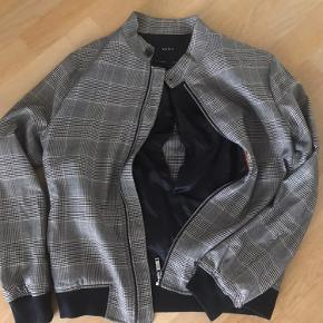 Ternet jakke fra Zara. Syningen er gået i foret i ryggen, kan enten sys eller være som det er. Kan ikke ses udefra. Byd 🙌🏼