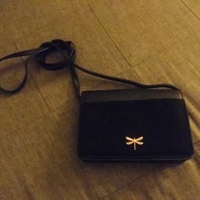 Fin lille taske, aldrig brugt.  Spørg gerne for mere info :)