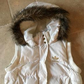 Lækker hvid dun vest fra adidas med pels, super fin stand. Mp. 75 kr., tager gerne imod realistiske bud 👚