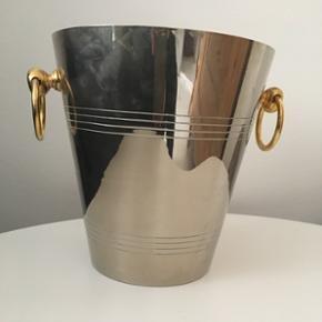 Champagne køler i sølvplet. 🥂🍾 Lækker og tung nok til at holde flasken i spanden. ✨ Køleren er stemplet i bunden. H : 21 cm. Ø : 20cm bund 12,5 cm. Vejer 1,5 kilo. Spanden er silverplated. Nypris 1600. BYD gerne.