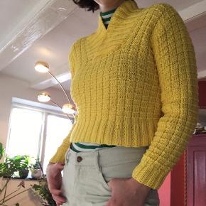 Vintage solgul sweater / strik - hjemmestrikket af en anden end mig ☀️ tror materialet er bomuld - så fin 🌻🌼🌻🌼  Hentes i indre København eller sendes - giver mængderabat! Kom gerne med et bud