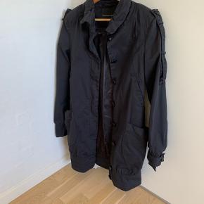 Flot sommer jakke brugt 4-5 gange. Jakken ser ikke helt sort ud på billedet, men det er den.