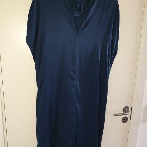 Flot og behagelig kjole til hverdag eller fest  Bryst 58, mål ved hofte ca 65, længde 106