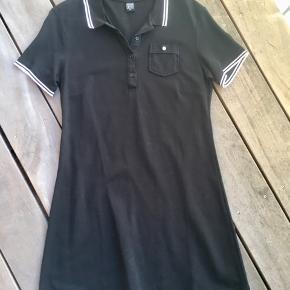 Aldrig brugt sød kjole med polo krave. Længde ca 91 cm. Mål under armhuler ca 49 cm. 100% bomuld.
