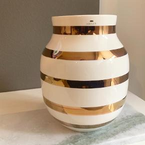 Varetype: Vase Størrelse: 20 cm Farve: HVID Prisen angivet er inklusiv forsendelse.  Kähler jubilæumsvase sælges. Brugt få gange :) Jeg har stadig original kassen.   Sender ikke da jeg er bange for at den går i stykker :) Den skal afhentes i Brønshøj.