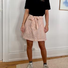 Fineste strippede Samsøe Samsøe nederdel stadig med prismærke. Har matchende wrap-bluse, køb hele sættet for 500kr
