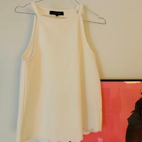 Helt ubrugt hvid top fra New Look. Sælges da jeg desværre ikke kunne passe den😊 Jeg bytter ikke.