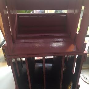 Gamle Tuborg kasser, malet i lyserød.  Der er lavet hylder inde i den ene kasse, som kan være til bøger og lign.