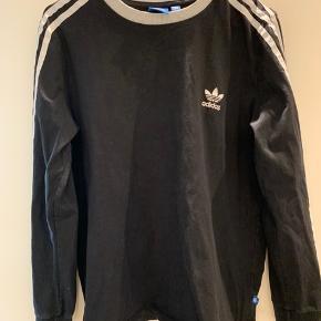 Adidas trøje med lige ærmer. Passer en størrelse M. Brugt, men ingen fejl og mangler. Farven på trøjen er ikke slidt.  Ikke fra ryger hjem