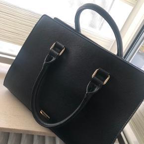 """Flot dame taske fra Aldo. Brugt meget få gange og fremstår som helt ny. Farven er sort med """"guld""""lynlås. Masser af plads og den er rummelig."""