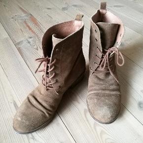 Western støvler med snøre i brun ruskind. Brugt få gange, små brugstegn i ruskindet.  #GøhlerSellout