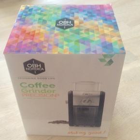 OBH Nordica Coffee Grinder Prevision.  Stadig i original emballage, aldrig været taget ud. Fejl køb.  Kaffekværn med indstillelig kværnhjul. Auto-sluk efter maling. Kapacitet: 18 kopper. 110 w Købspris nu i Kop Og Kande: 599 kr  (Afhentning i Bredgade, Kbh, kan evt også aftales)