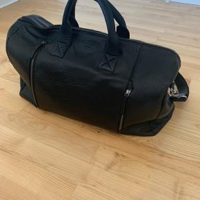 Sælger denne weekendertaske/duffelbag fra Still Nordic i læder.   Købt for en måned siden. Tasken er brugt minimalt og fremstår derfor uden brugspor.  Skriv hvis du har nogle spørgsmål.